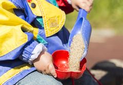 Kind mit Sand und Schippe im Buration